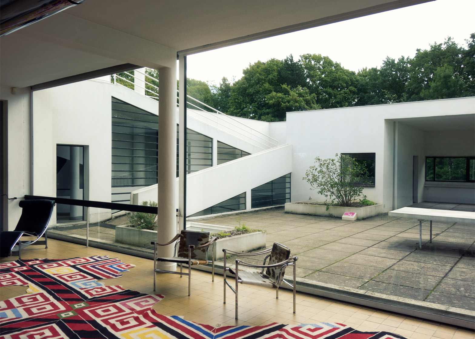 villa savoye Essay on le corbusier: villa savoye le corbusier (1887 –1965), a talented swiss-french architect and designer, is well known as the founder of modern architecture.