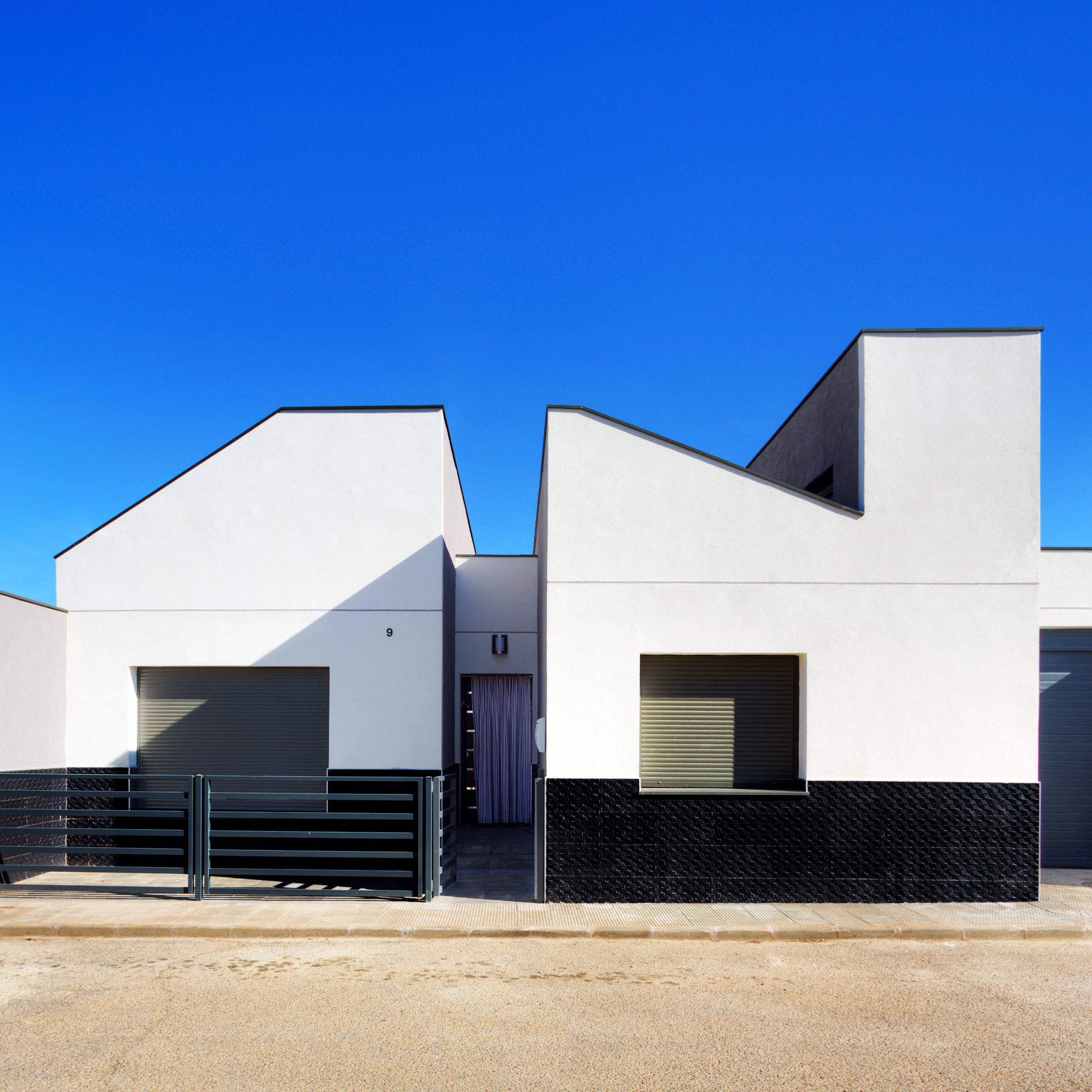 Ooiio Architecture 39 S Casa Arm Appears Cut In Half By A Recessed Entrance Archiweb 3 0
