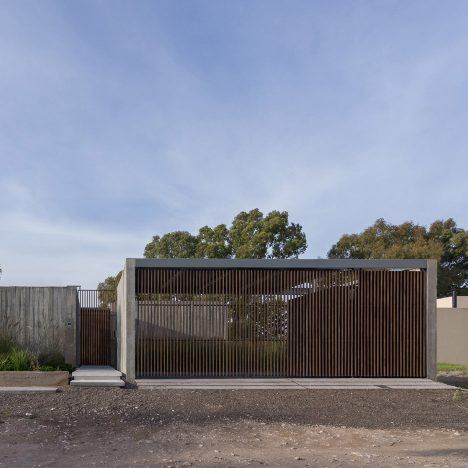Bernardo Rosello arranges concrete house around courtyards in Argentina