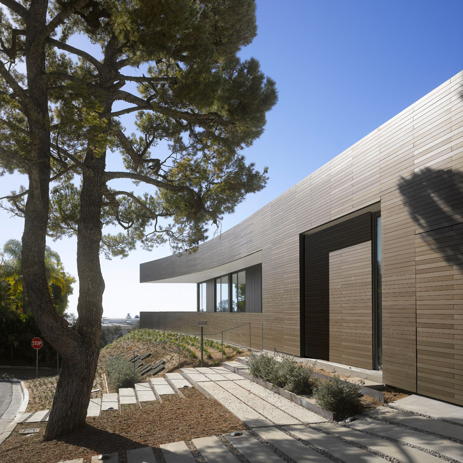 Double sided tape secures cladding to la residence by for Architecture firms los angeles