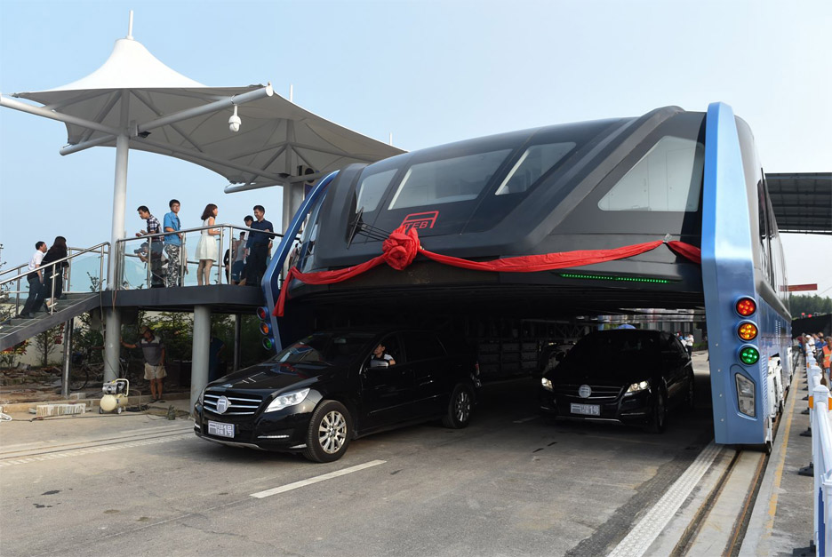 Straddling bus takes to the roads in China