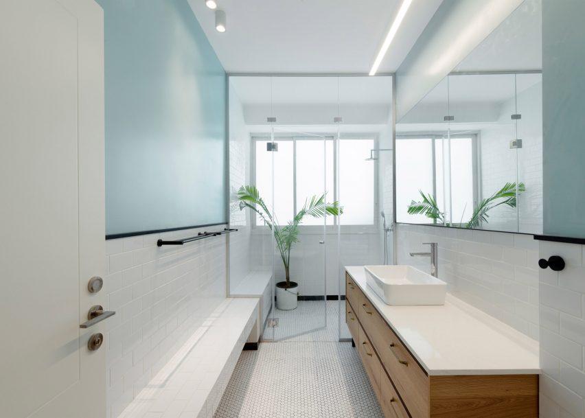 Raanan Stern arranges Tel Aviv apartment around long central corridor