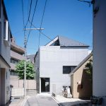 Apollo Architects completes earthquake-resistant house with a hat-like roof