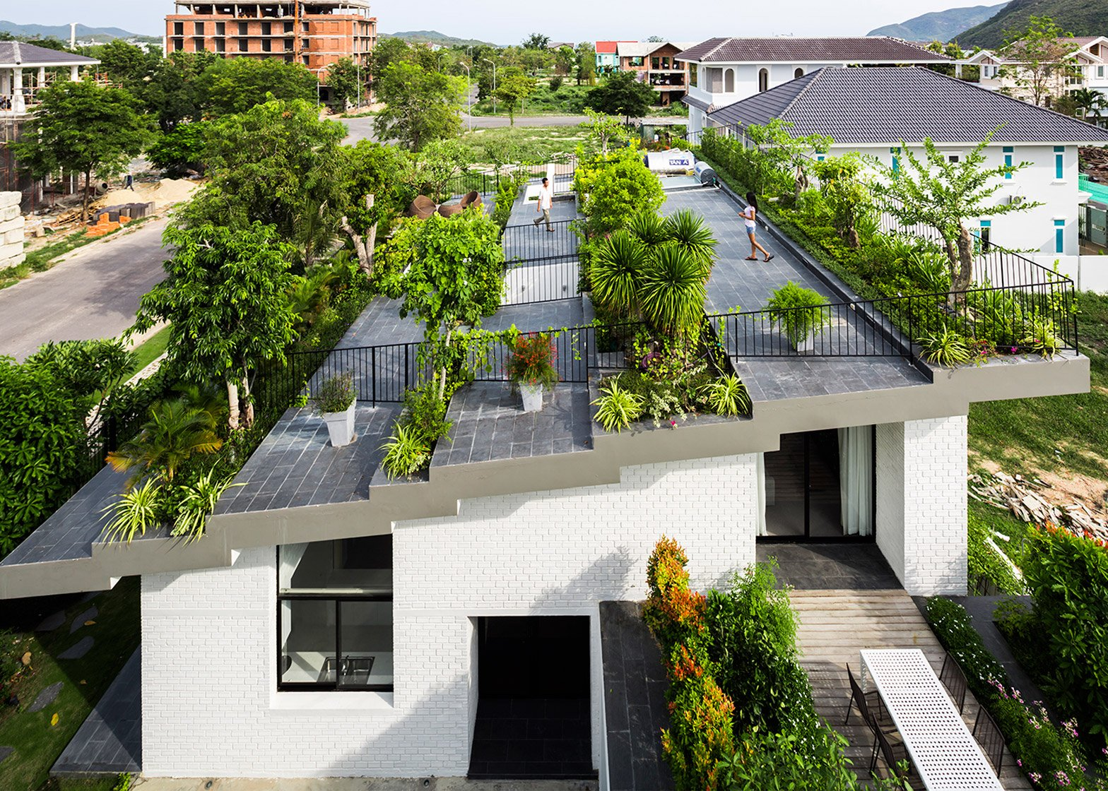 Stepped garden tops house by Vo Trong Nghia and Masaaki Iwamoto on plants for green roof, plants for rain gardens, plants for container gardens, plants for planters,
