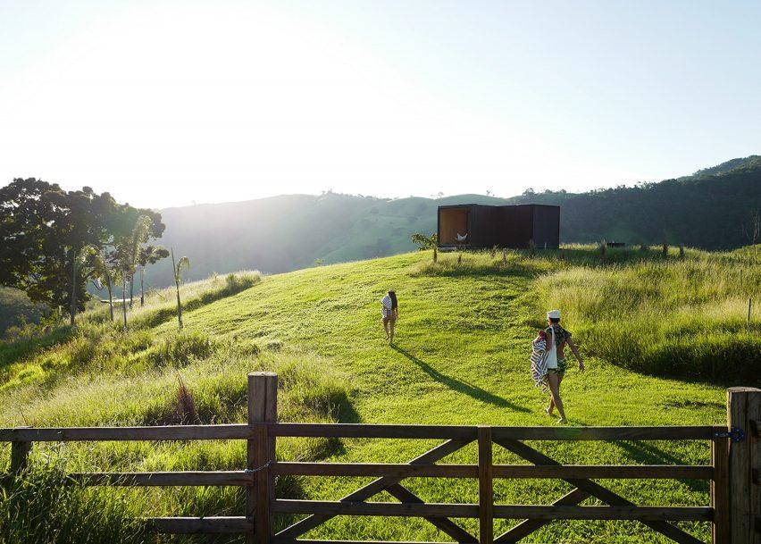 MAPA builds two prefabricated houses in Brazilian mountain landscape