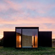 MAPA builds two prefabricated houses in Brazilian mountain landscape