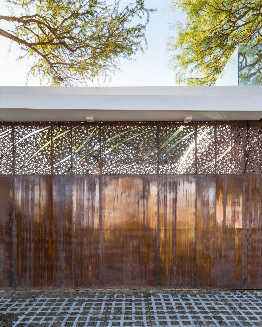 FCP Arquitectura Mooe House contrasts solid white walls with perforated iron screens