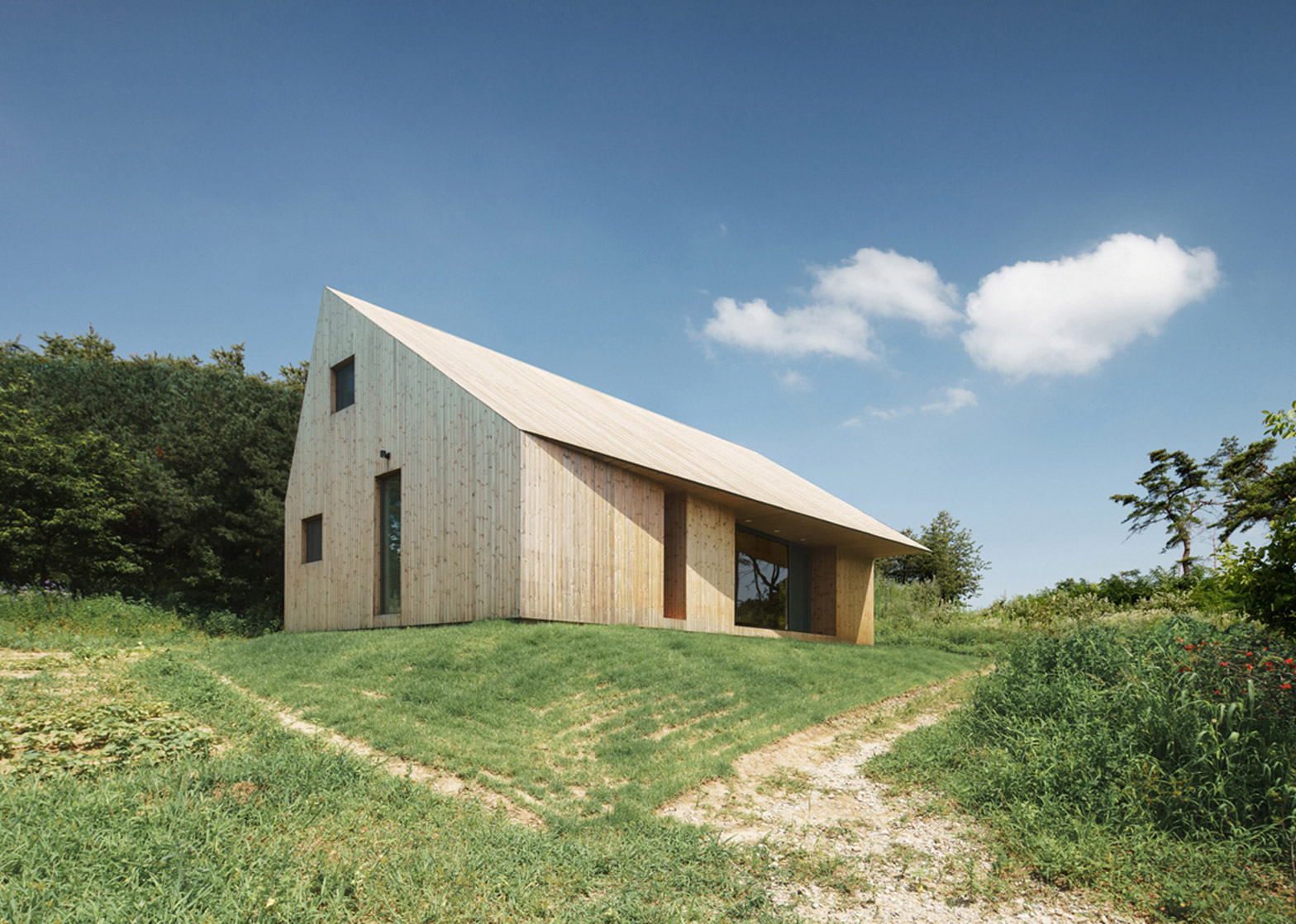 STPMJ completes rural cabin with a swivelled roof in South Korea