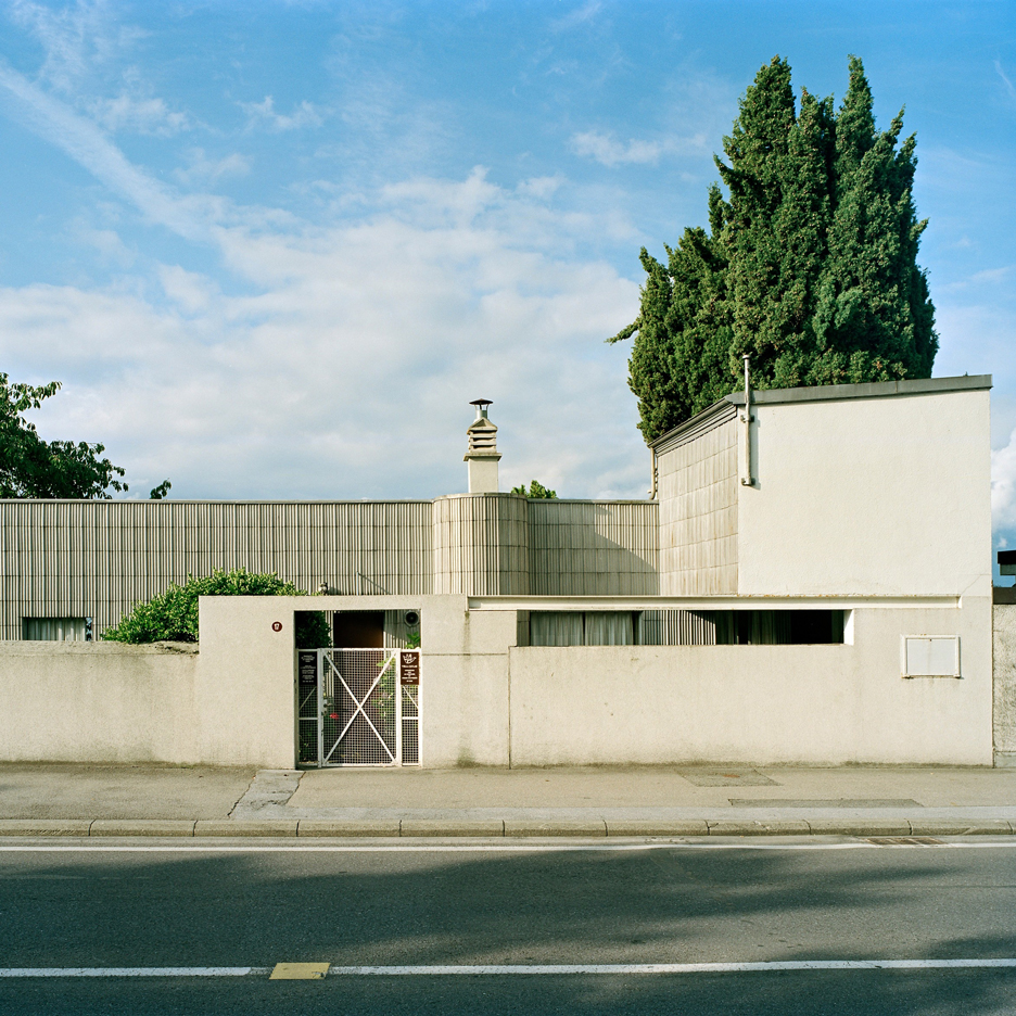 Le corbusier designed villa le lac as a lakeside home for for Architecture le corbusier