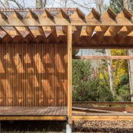 Zigzagging roof covers Buenos Aires holiday home by Estudio Borrachia