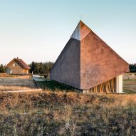 Archispektras creates holiday home with a sculptural thatched roof on the Baltic Sea