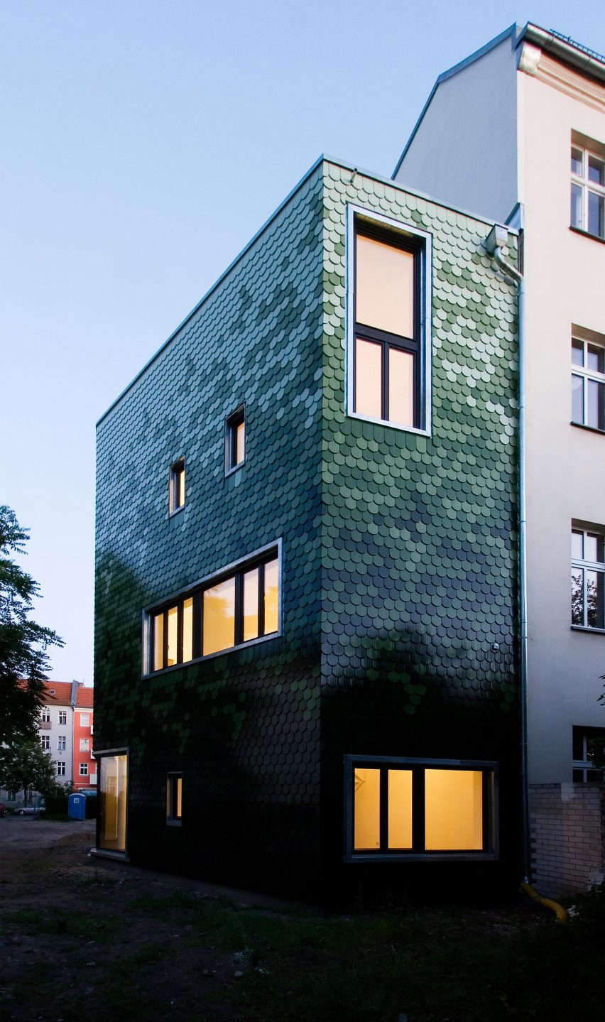 schuppen-family-house-brandt-simon-architekten-berlin-germany-coloured-tile-facade_dezeen_2364_col_8