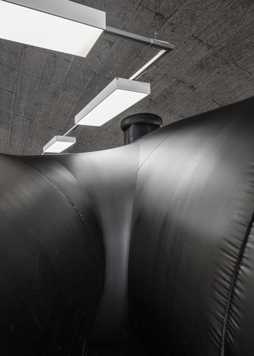 shelter-architecture-black-inflatable-installation-pvc-bureau-a_dezeen_2364_col_3