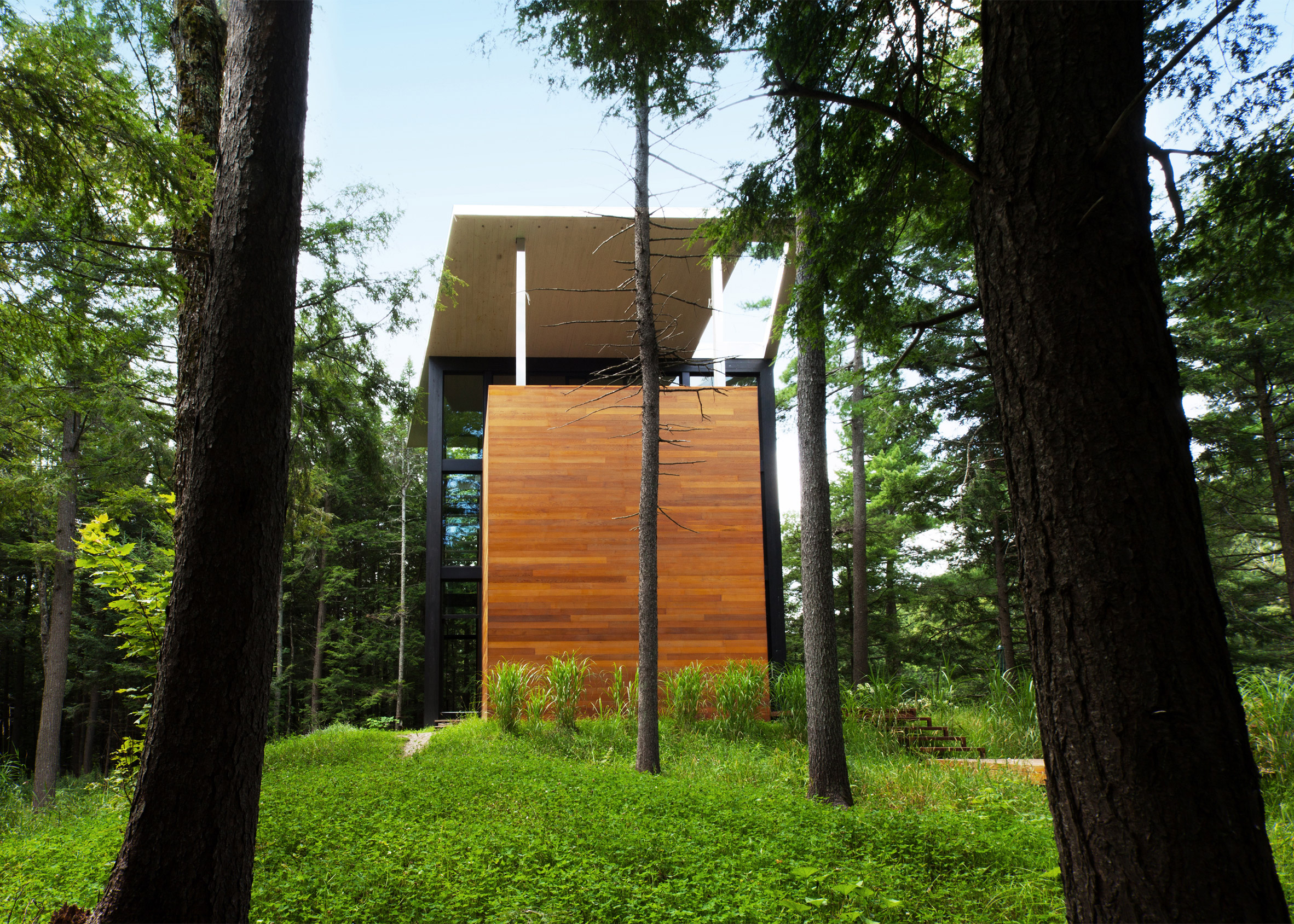 YH2 clads Quebec home for a sculptor in red cedar and