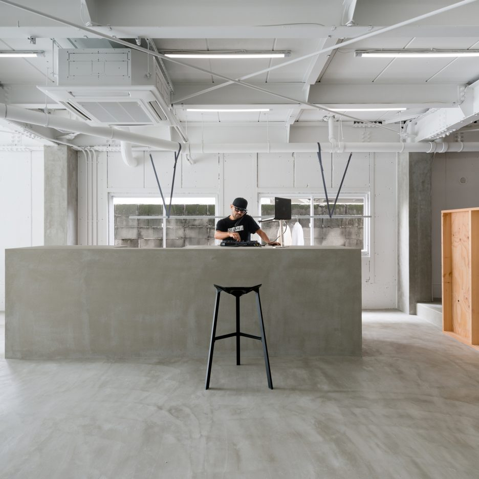 Sides core redesigns minimal hair salon to include library for Interieur design salon