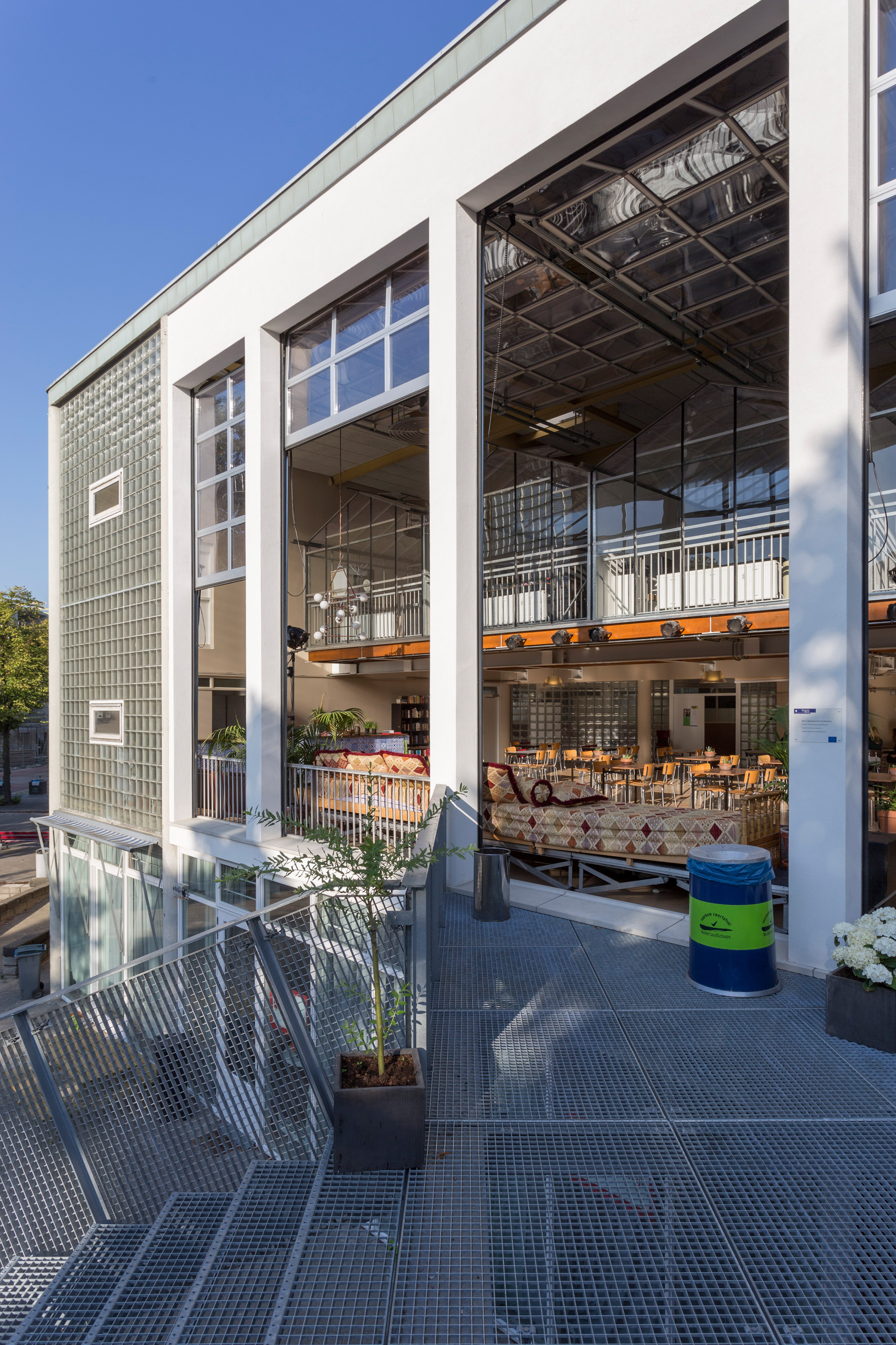 Retractable garage-style doors open Amsterdam entrepreneur hub to the elements