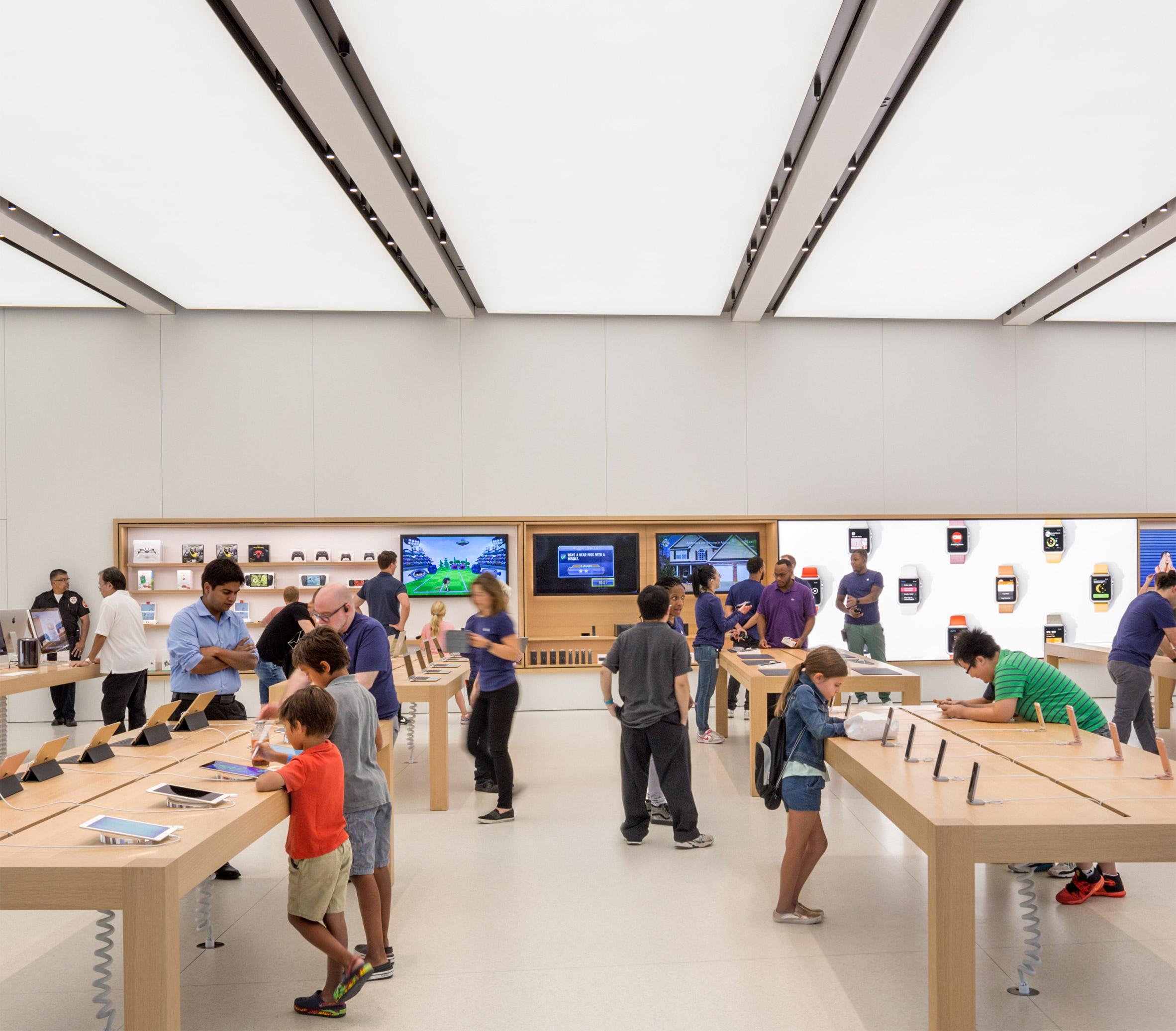 Apple Store by Bohlin Cywinski Jackson opens in Calatrava's Oculus