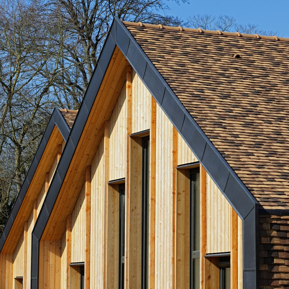 Brown ceramic shingles cover nomade architectes village for Architecture nomade