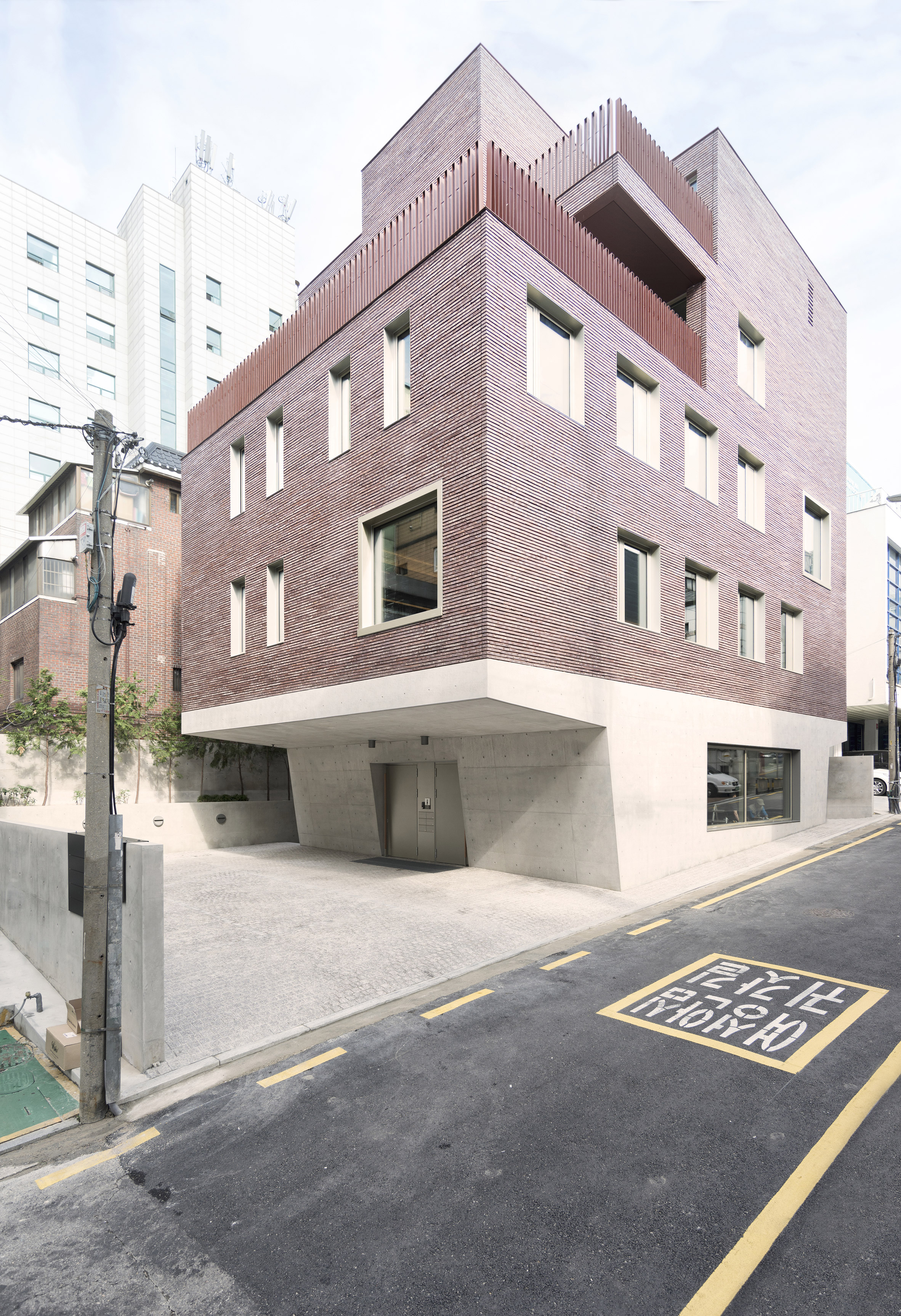 Top-heavy block in Seoul features red brick top and concrete base