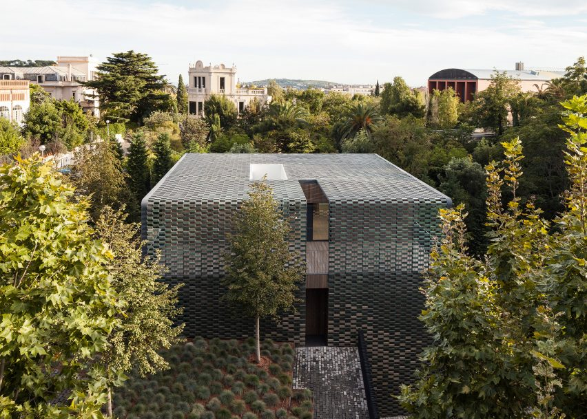 "See-through ""ceramic curtain"" creates green camouflage for Barcelona house by PMMT"