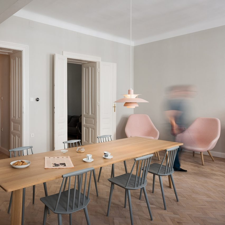 Kombinat designs kitchen style workplace for vienna for Chaise salle a manger interiors
