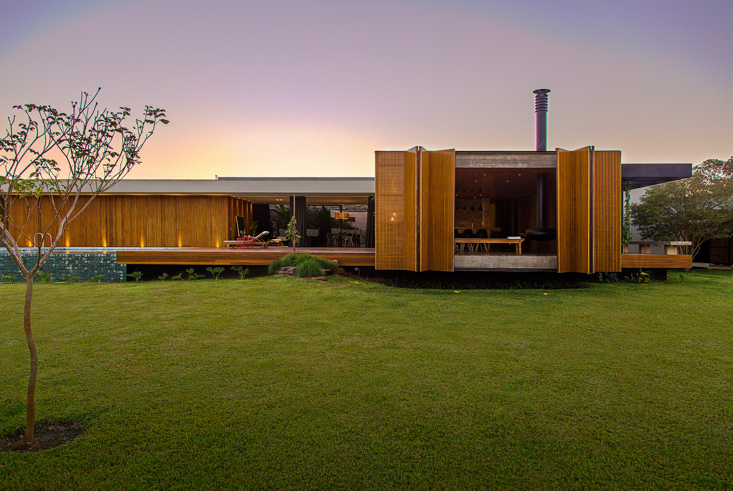 MF+ Arquitetos creates modernist-inspired house with walled garden in Brazil