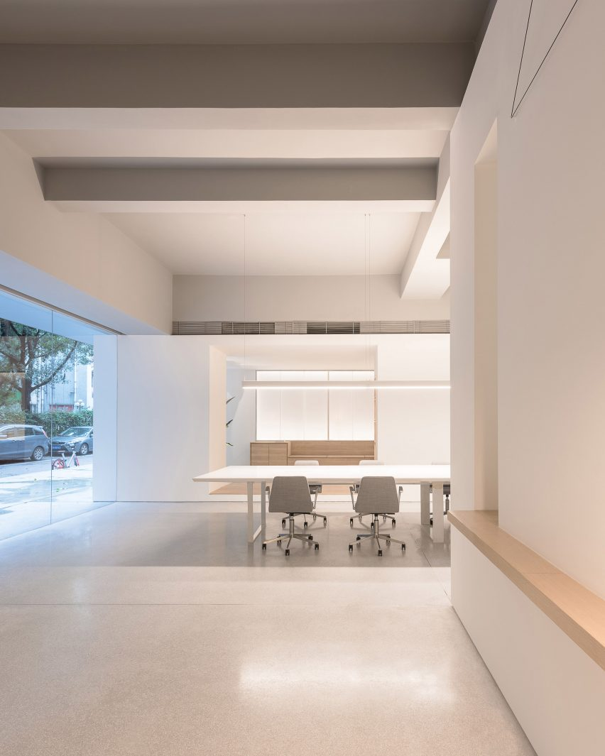 in-and-between-boxes-lukstudio-interiors-atelier-peter-fong-offices-china_dezeen_2364_col_16