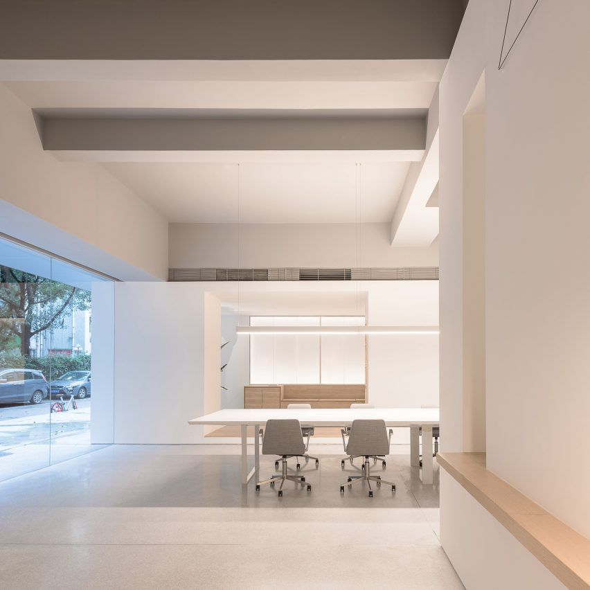 in-and-between-boxes-lukstudio-interiors-atelier-peter-fong-offices-minimalist-offices-roundup_dezeen_sq