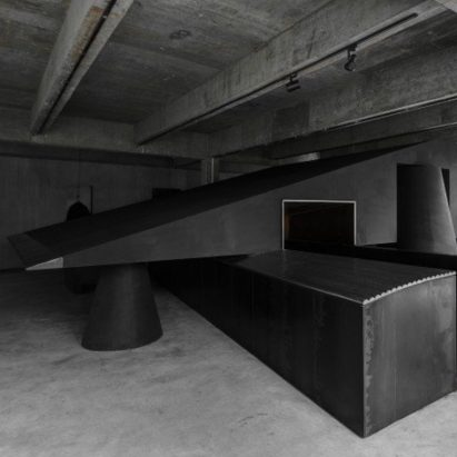 retail-inside-black-cabt-system-heike-store-hangzhou-an-world-architecture-festival-best-interior_dezeen_sq