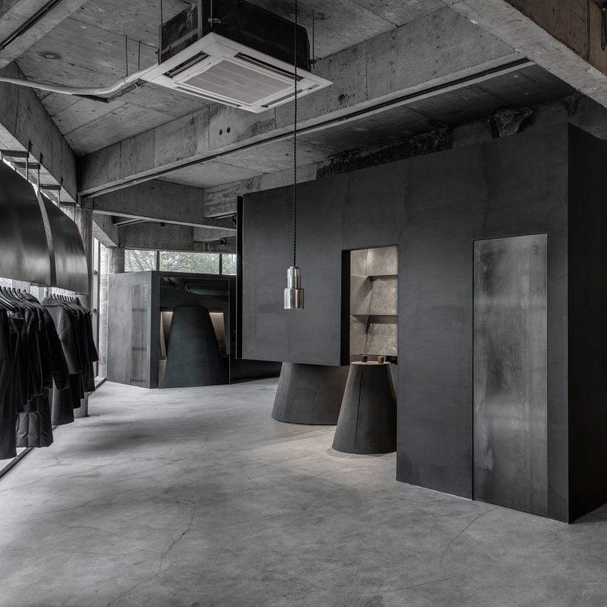 retail-inside-black-cabt-system-heike-store-hangzhou-an-world-architecture-festival_dezeen_sq