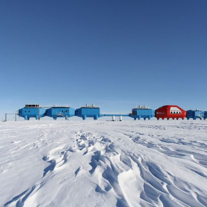 antarctic-research-centre-to-be-towed-inland_dezeen_sqc