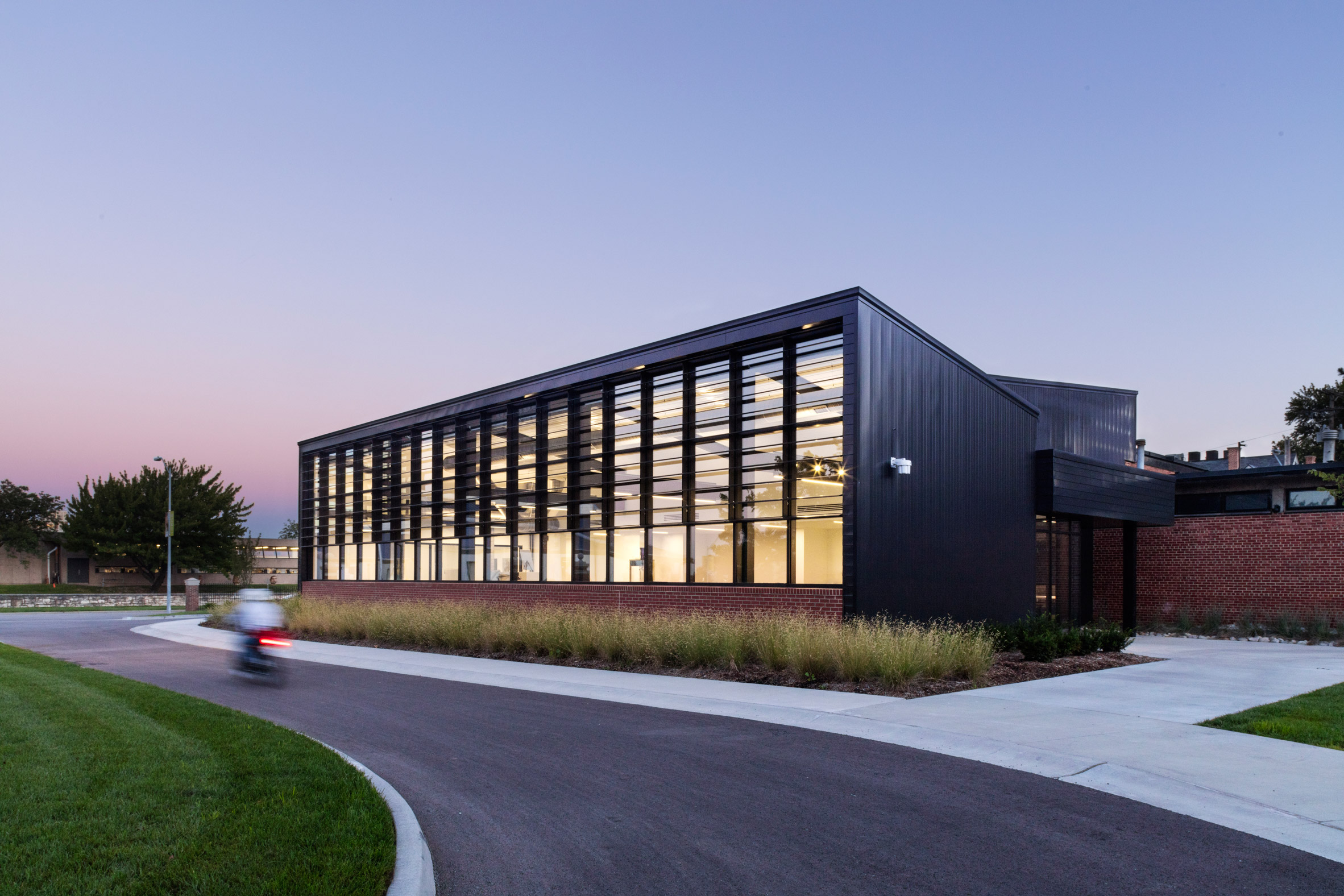 Gould Evans creates black metal studio building for Missouri art school