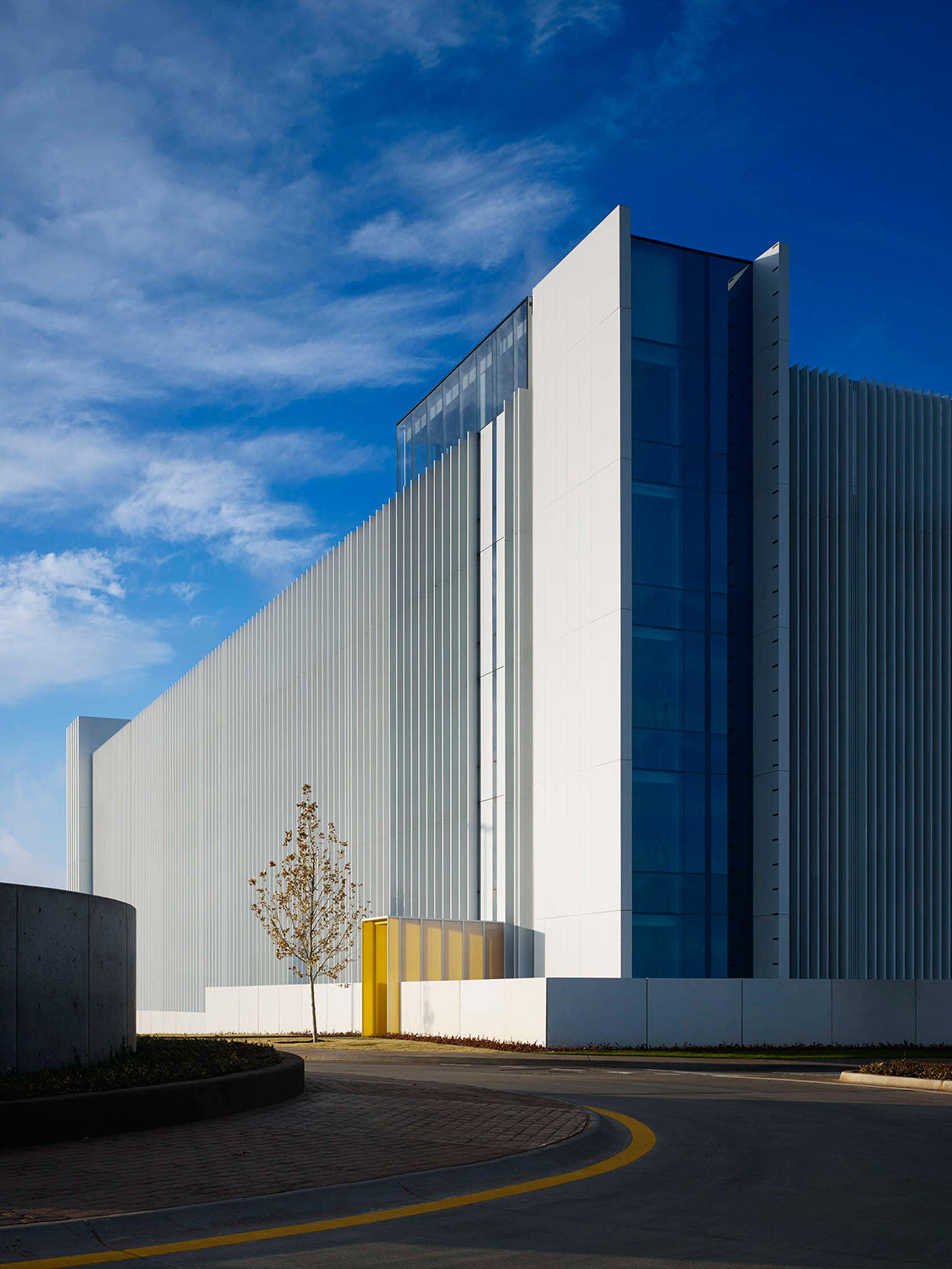Elliott + Associates wraps Chesapeake car park in white fins