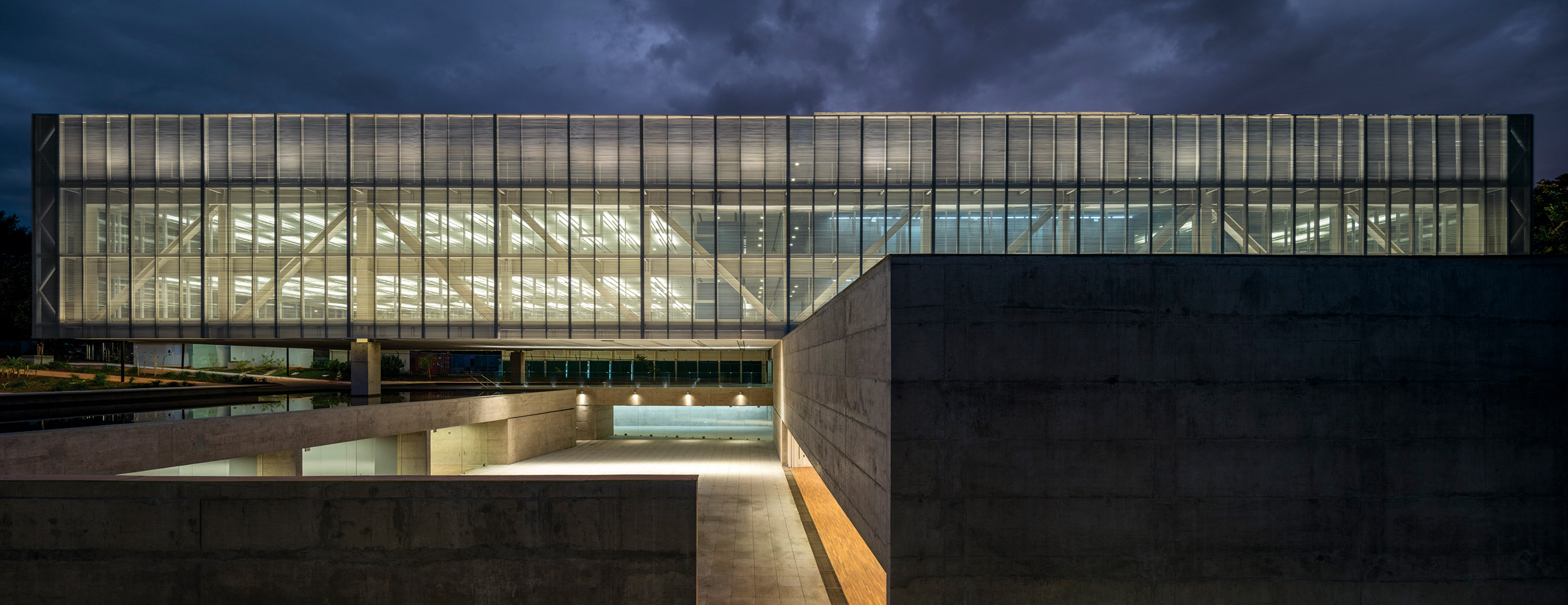Glazed block cantilevers over reflecting pool at Brasília offices by Mira Arquitetos