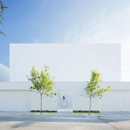 """Minimalist house by Alberto Campo Baeza and GLR is bathed in """"golden light"""" inside"""