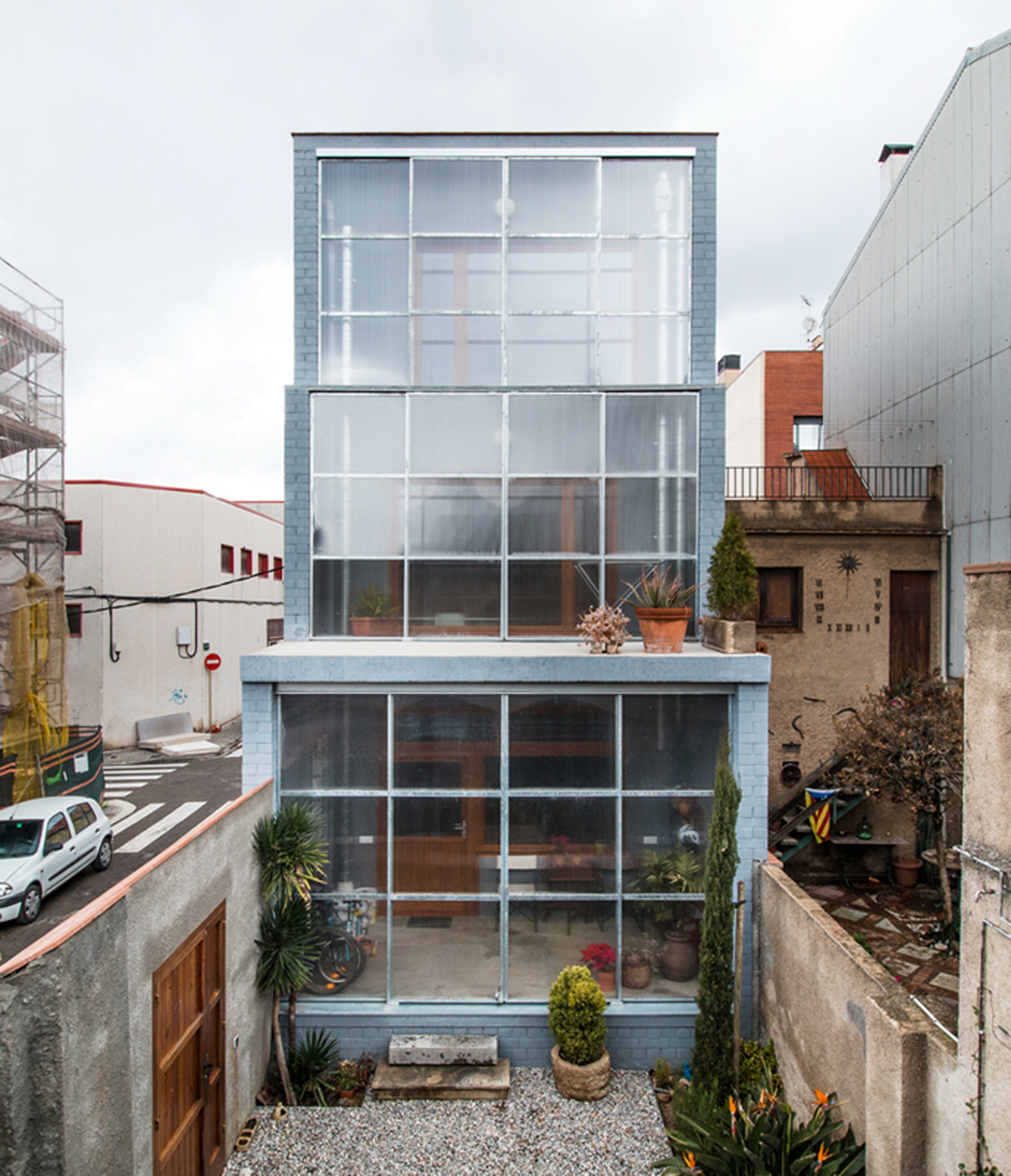 Sliding polycarbonate panels open up facade of Barcelona house by H Arquitectes