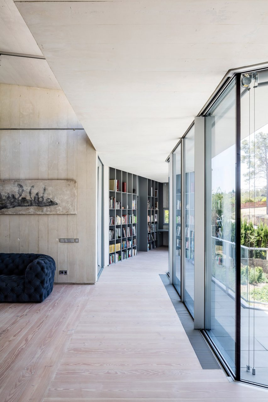 Gallery-like corridors connect blocks at house by 05 AM Arquitectura
