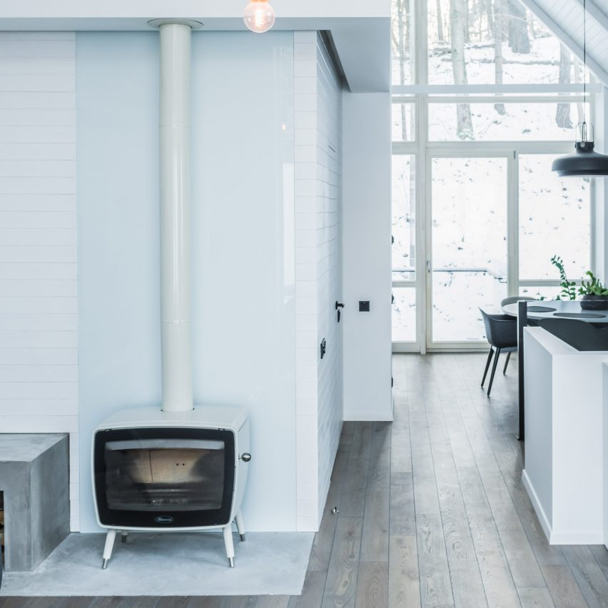 house-on-stilts-dizaino-virtuve-fireplace-dezeen-pinterest-col