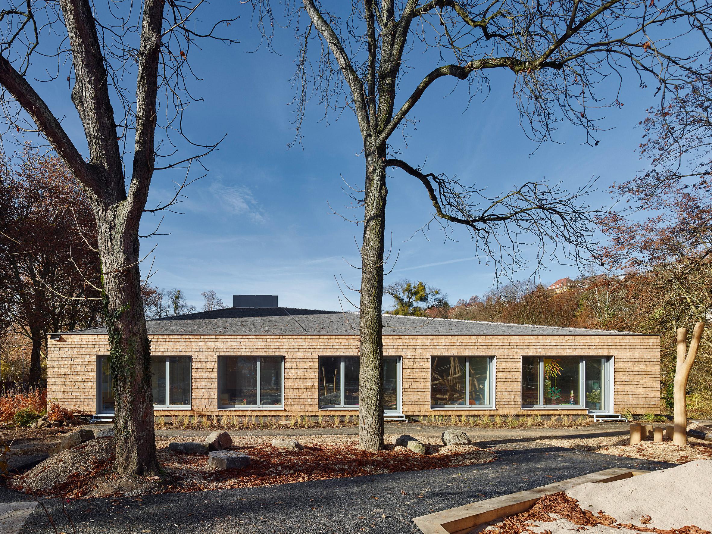Shingle-clad school by (Se)arch Architekten is set around a cobbled courtyard