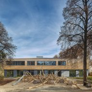 Shingle-clad school by (Se)arch Architekten is set around a cobbled courtyard