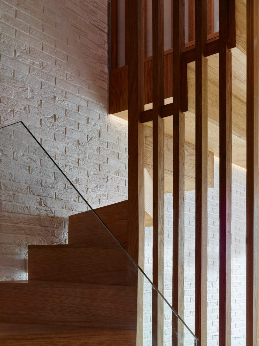 modern-mews-phil-coffey-architecture-residential-renovation-london_dezeen_2364_col_1