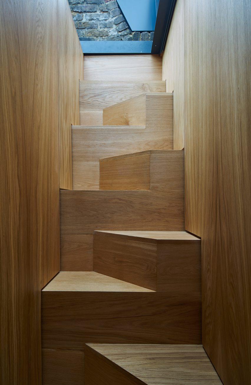 modern-mews-phil-coffey-architecture-residential-renovation-london_dezeen_2364_col_13