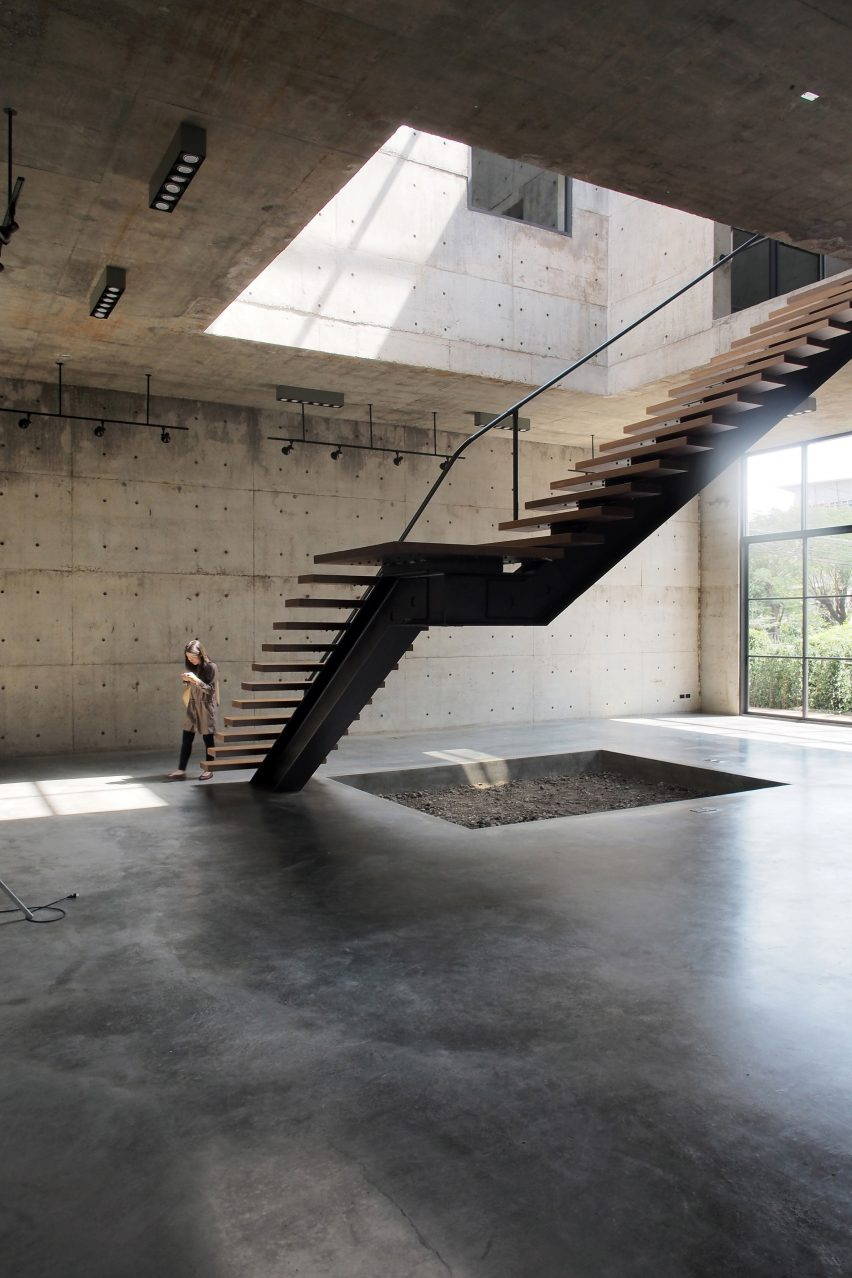 solid-concrete-gallery-as-living-artwork-aswa-architecture-bangkok-thailand_dezeen_2364_col_12