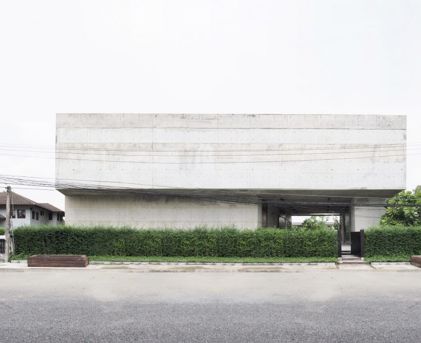 solid-concrete-gallery-as-living-artwork-aswa-architecture-bangkok-thailand_dezeen_2364_col_15