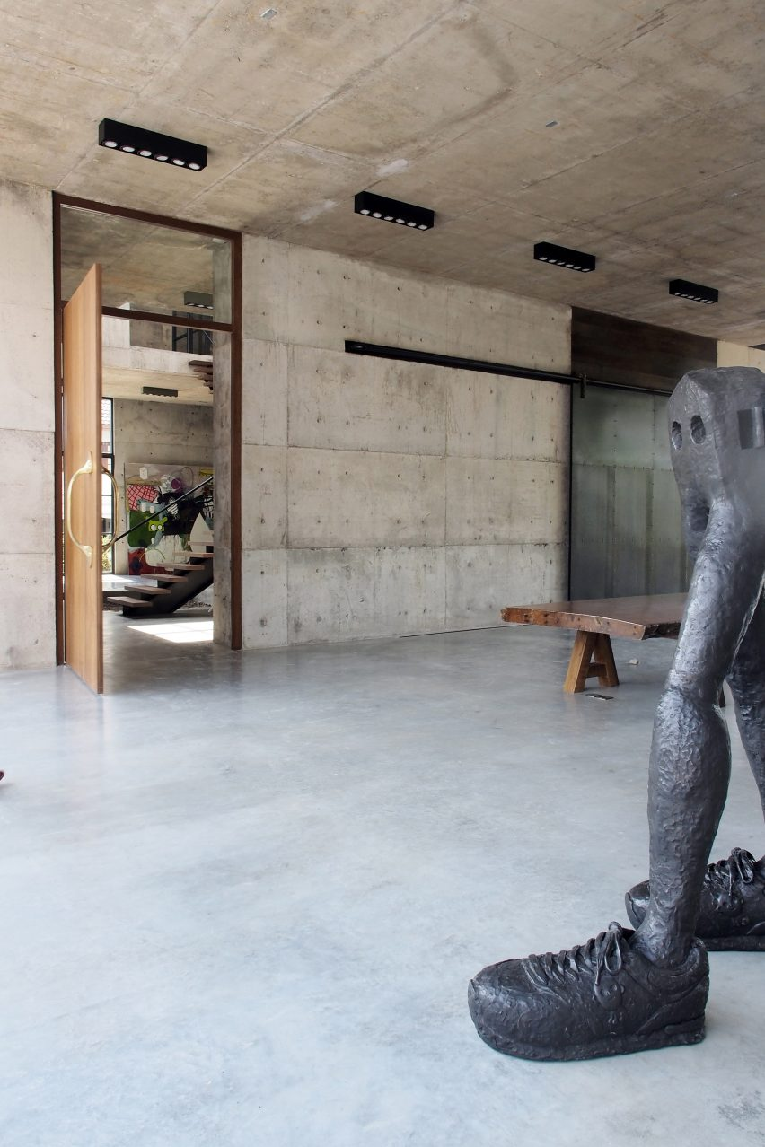 solid-concrete-gallery-as-living-artwork-aswa-architecture-bangkok-thailand_dezeen_2364_col_16