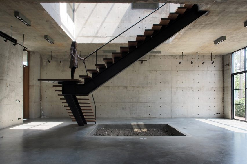 solid-concrete-gallery-as-living-artwork-aswa-architecture-bangkok-thailand_dezeen_2364_col_17