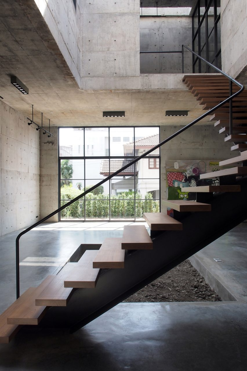 solid-concrete-gallery-as-living-artwork-aswa-architecture-bangkok-thailand_dezeen_2364_col_18