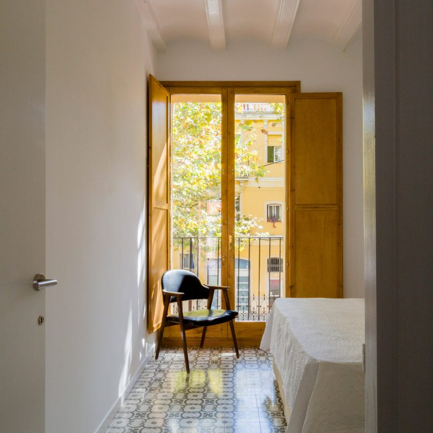 bed-and-blue-nook-architects-interiors-residential-barcelona-spain-spanish-houses-phase-one_dezeen_2364_col_4extra