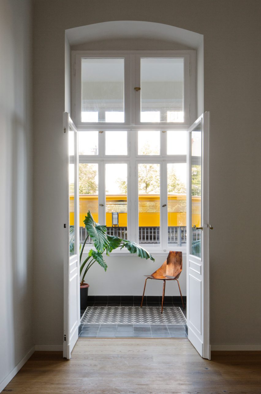 berling-apartment-raum404-germany-apartment-interior_dezeen_2364_col_7