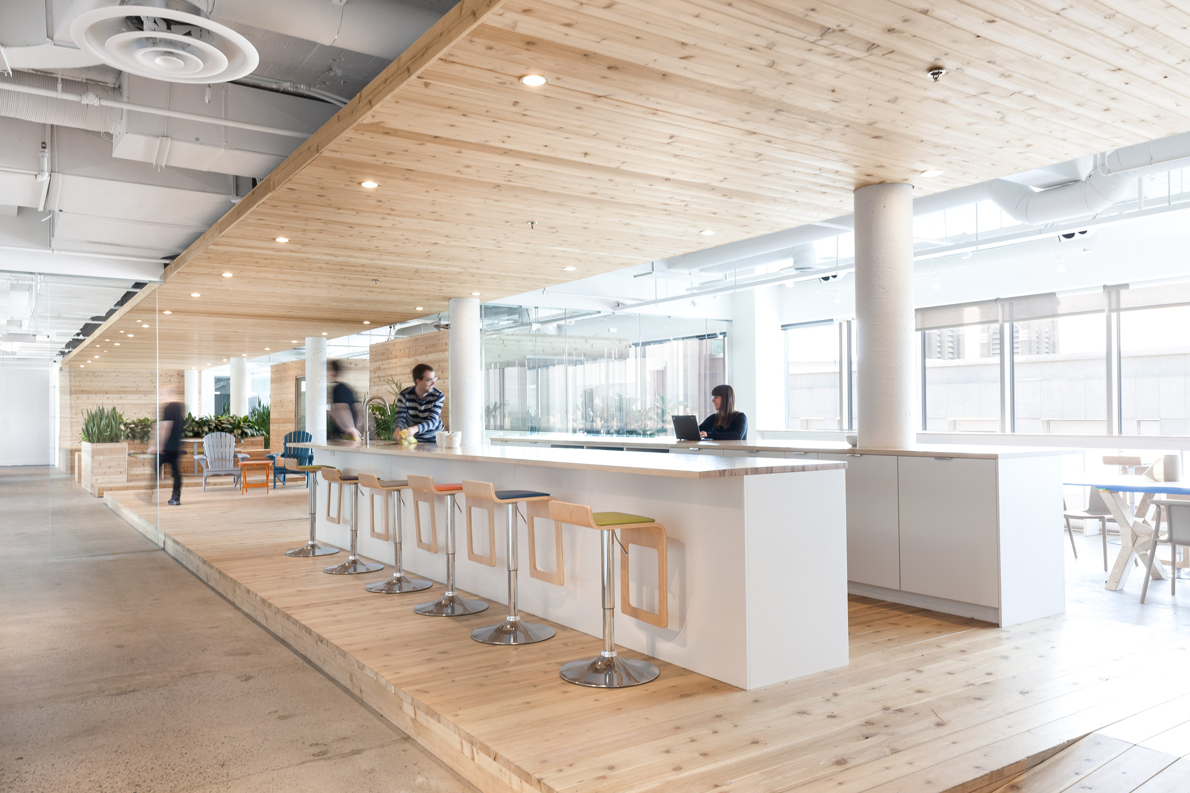 Wooden walkway traverses ovh office interior by pierre for Table a manger style atelier